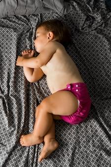 Slapende baby met stoffen luier.