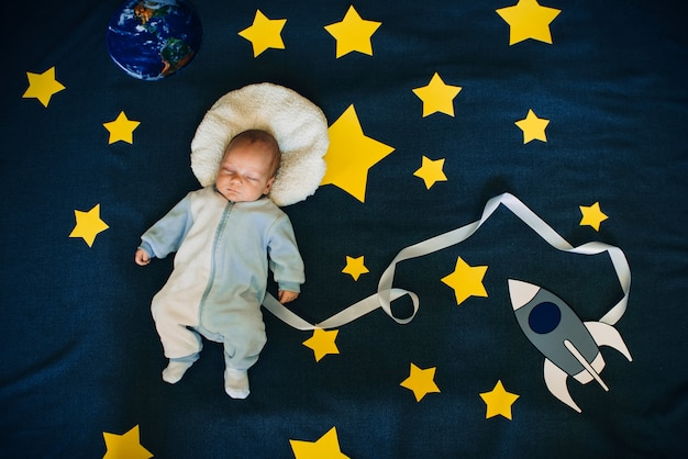 Slapende babyjongen op een achtergrond van de sterrenhemel