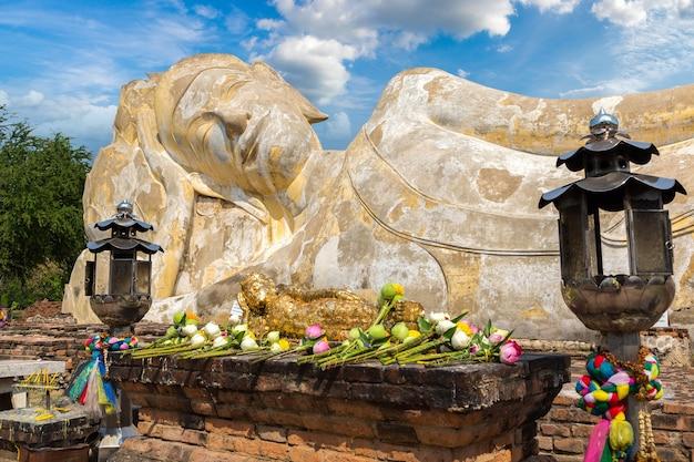 Slapende boeddha (liggende boeddha) in ayutthaya, thailand