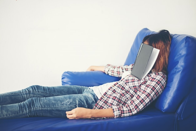Slapende meisje in een blauwe bank