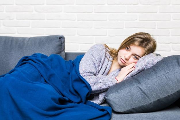Slapende tiener meisje op de bank