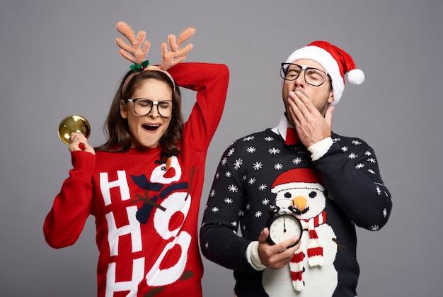 Slaperig stel in de kersttijd