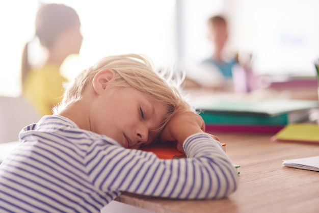 Slaperige dag van de basisschoolleerling