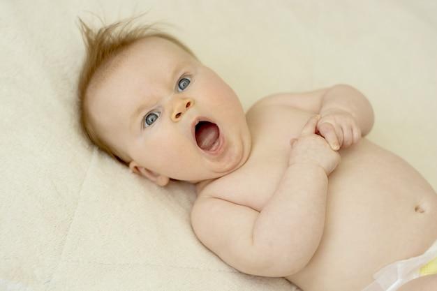 Slaperige pasgeboren baby, close-up portret.