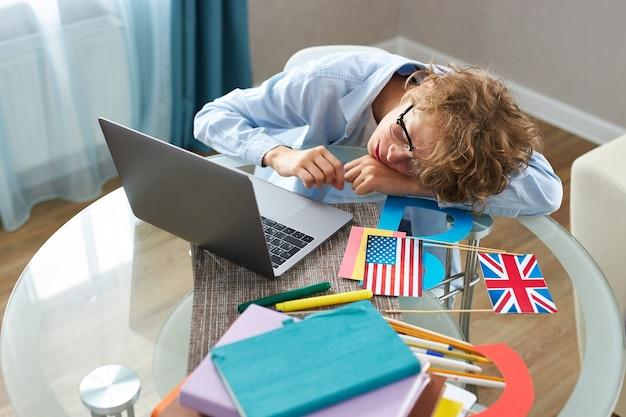 Slaperige, uitgeputte tienerjongen wil slapen