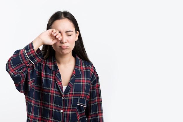 Slaperige vrouw in pijama