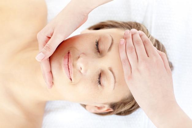 Slappe vrouw die een massage heeft