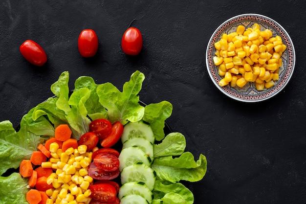Slasalade met tomaat, kaas en groenten