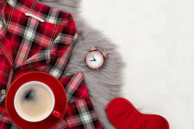 Sleapwear en accessoires voor dames op een grijze donzige sprei. plat lag bovenaanzicht home fashion samenstelling.