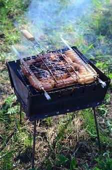 Slecht en onjuist gekookt vlees in brand. geroosterd vlees met gaar korst