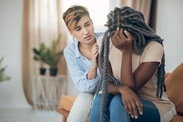 Slecht humeur. meisjes praten en een van hen ziet er gefrustreerd uit