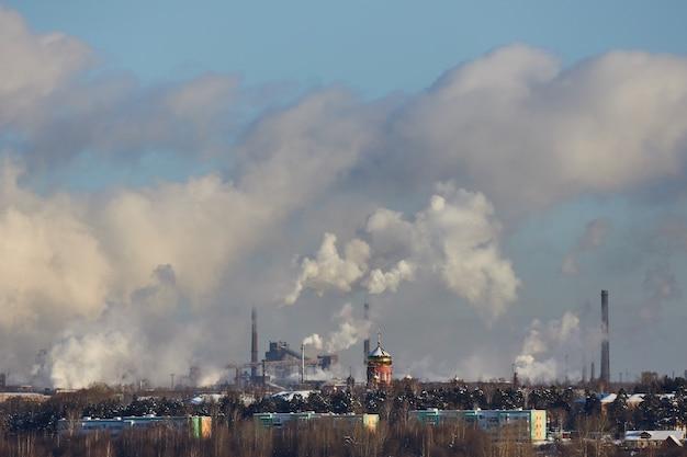 Slecht milieu in de stad. milieuramp. schadelijke emissies naar het milieu. rook en smog. vervuiling van de atmosfeer door fabriek. uitlaatgassen