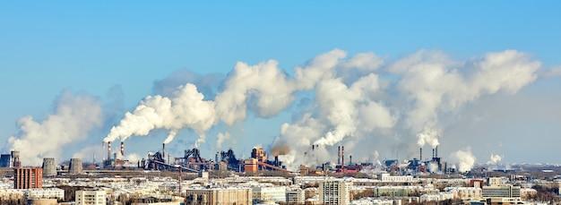 Slecht milieu in de stad. milieuramp. schadelijke emissies naar het milieu. rook en smog. vervuiling van de atmosfeer door fabrieksfabriek. uitlaatgassen Premium Foto