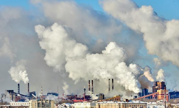 Slecht milieu in de stad. milieuramp. schadelijke emissies naar het milieu. rook en smog. vervuiling van de atmosfeer door fabrieksfabriek. uitlaatgassen