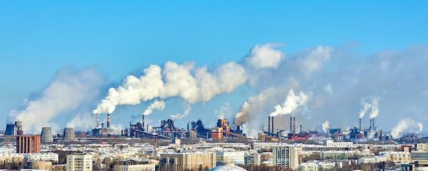 Slecht milieu in de stad. milieuramp. schadelijke emissies naar het milieu. rook en smog. vervuiling van de atmosfeer door fabrieksfabriek