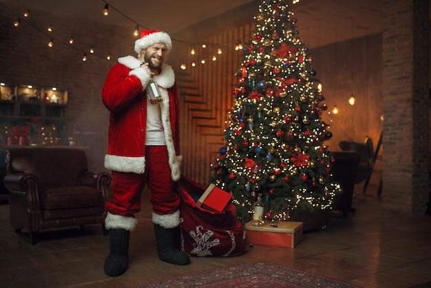 Slechte dronken kerstman brengt geschenken die alcohol drinken