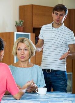 Slechte huiselijke ruzie tussen familieleden thuis