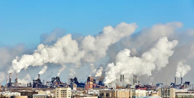 Slechte omgeving in de stad. milieuramp. schadelijke emissies in het milieu. rook en smog. vervuiling van de atmosfeer door plantenfabriek. uitlaatgassen