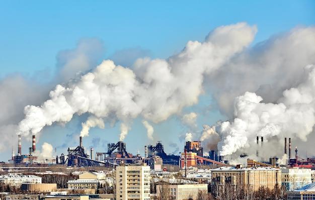 Slechte omgeving in de stad. milieuramp. schadelijke emissies in het milieu. rook