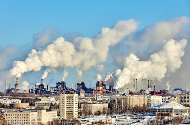 Slechte omgeving in de stad. milieuramp. schadelijke emissies in het milieu.