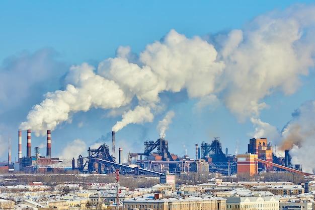 Slechte omgeving in de stad. milieuramp. schadelijke emissies. rook