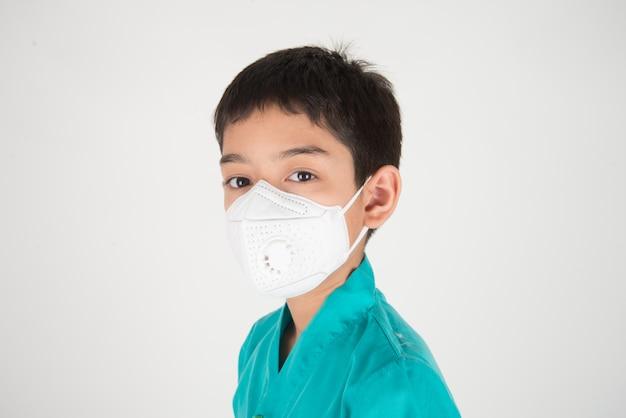 Slechte vervuiling luchtkwaliteit gevaarlijke niveaus voor kinderen ziek worden, jongens dragen masker beschermen tegen stof pm 2.5