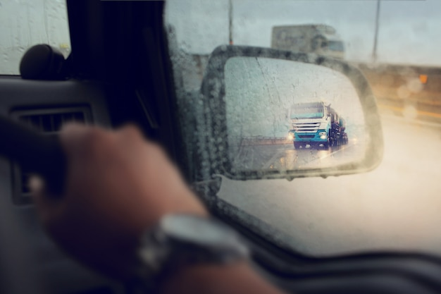 Slechte weersomstandigheden op de weg tijdens regen storm, selectieve focus en kleur afgezwakt.