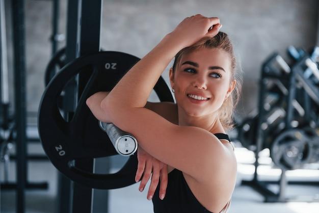 Slechts één persoon. prachtige blonde vrouw in de sportschool tijdens haar weekend