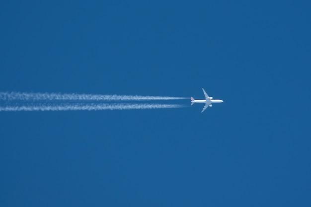 Sleep vanuit het vliegtuig met twee enigine de blauwe lucht.