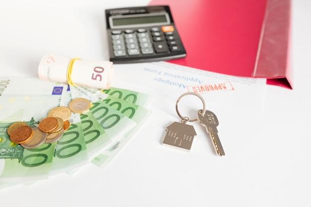 Sleutel en contant op kantoortafel