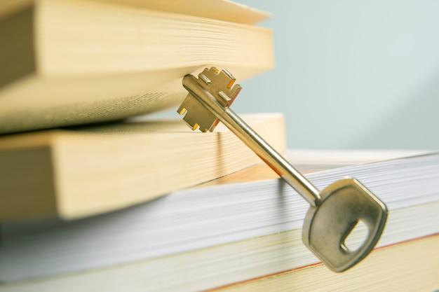 Sleutel en open leerboek van het leven. het boek is de sleutel en opening naar kennis en wijsheid.