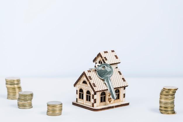 Sleutel en valuta in de buurt van speelgoed huis