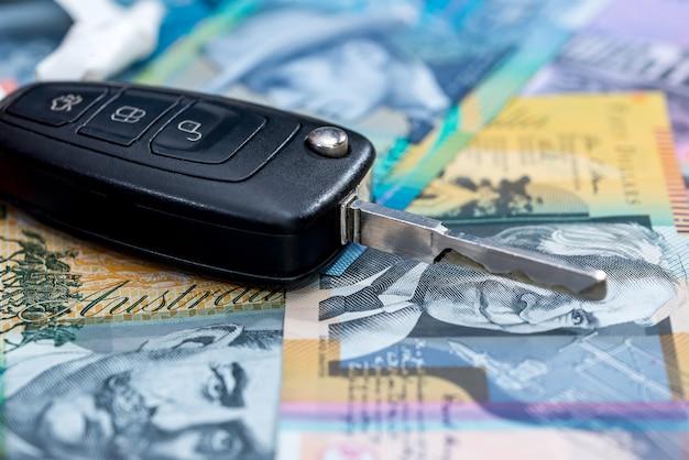 Sleutel met afstandsbediening van auto op australische dollars