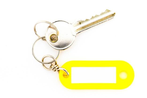 Sleutel met een lege tag, isoleren op een witte achtergrond. voeg uw tekst op de tag toe.