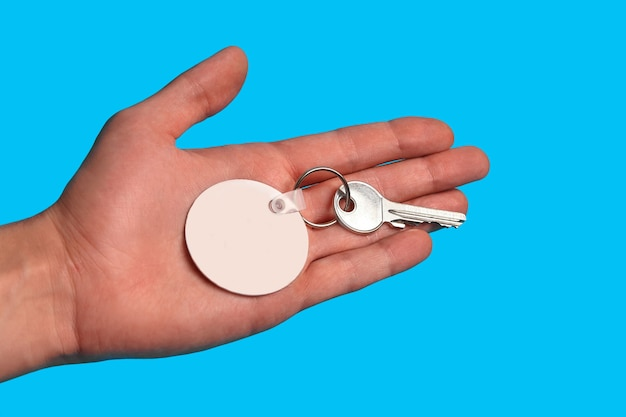 Sleutel met lege witte plastic sleutelhanger op metalen ring