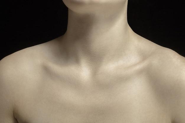 Sleutelbeenderen. gedetailleerde textuur van de menselijke huid. close-up shot van jonge blanke vrouwelijk lichaam. huidverzorging, lichaamsverzorging, gezondheidszorg, hygiëne en geneeskunde concept. ziet er mooi en verzorgd uit. dermatologie.