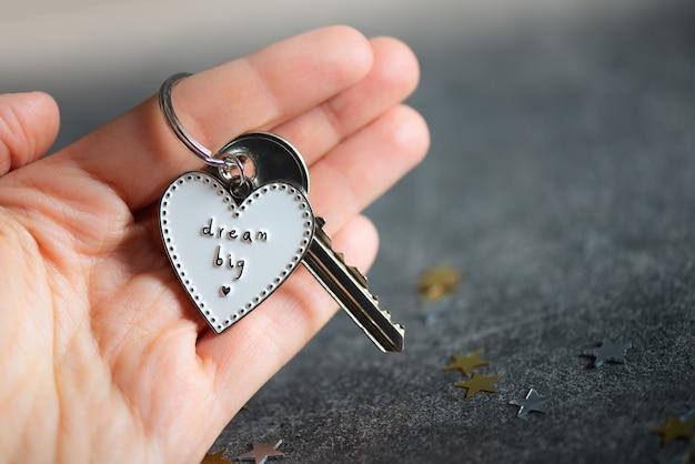 Sleutelhanger in de vorm van hart en slogan dream big