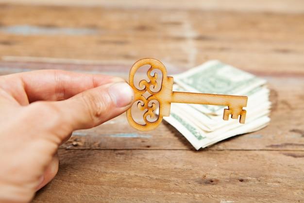 Sleutels en geld op een houten tafel