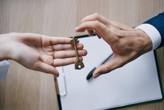 Sleutels in de hand van een zakelijke verkoop van een appartement. hoge kwaliteit foto