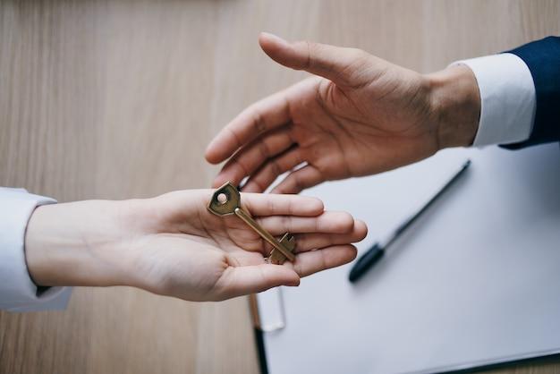 Sleutels in de hand verkoop van een appartement sluiting van een contractbureau