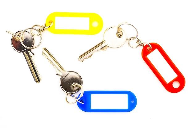 Sleutels met een lege tags, isoleren op een witte achtergrond. voeg uw tekst op de tag toe.