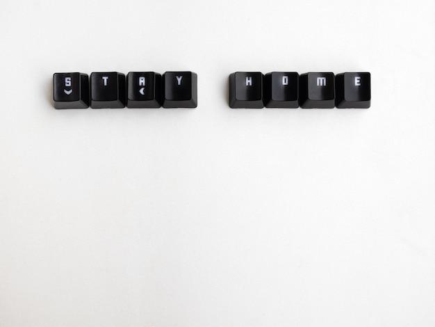 Sleutels met het woord blijf thuis met witte achtergrond