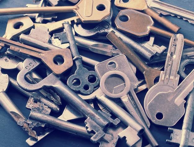 Sleutels tot de sloten opgestapeld in een grote stapel