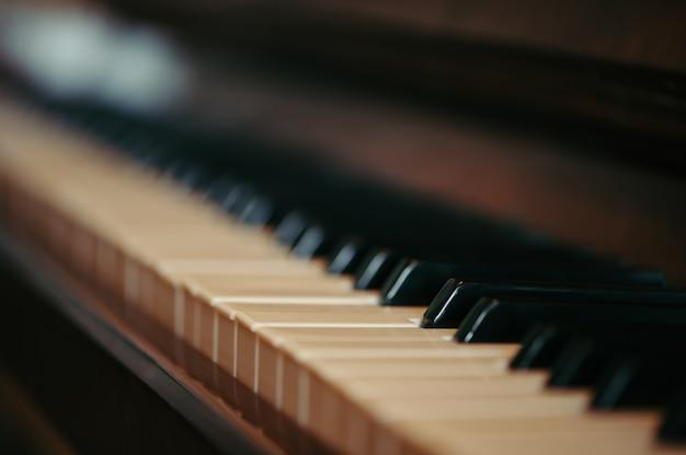 Sleutels van een oude piano in onduidelijk beeld.