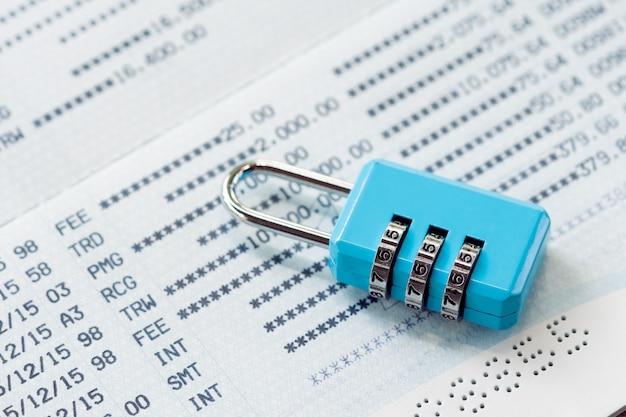 Sleutelslot en ketting bij het slotconcept van het bankrekeningsconcept bankfinancieeleverklaring