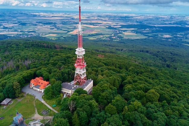 Sleza berglandschap luchtfoto van bergen met bos