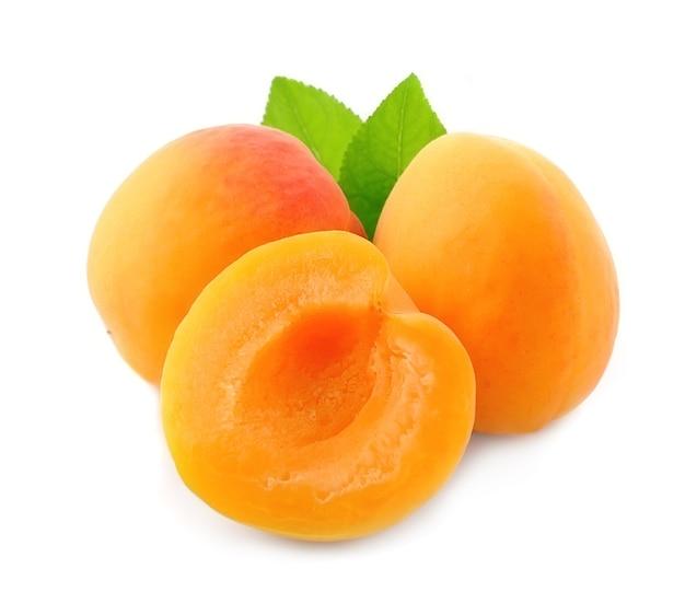 Slick van abrikozenvruchten die op wit worden geïsoleerd