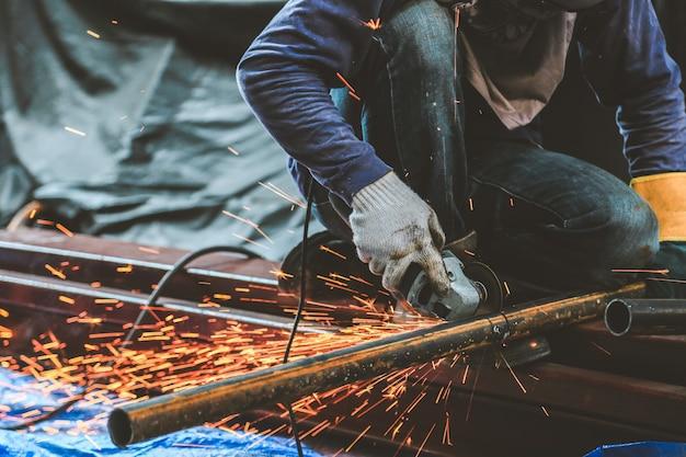 Slijpen van staal en staal lassen Premium Foto