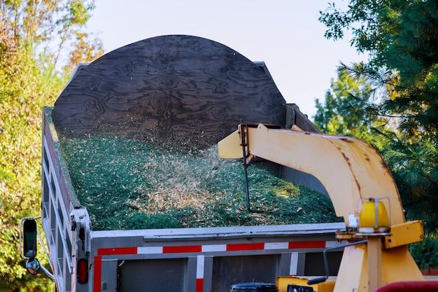 Slijpmachine om tot spaanders gemalen boomtakken te worden voor het mulchen van de grond in de tuin