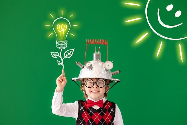 Slim kind heeft een idee portret van kind tegen groen bord